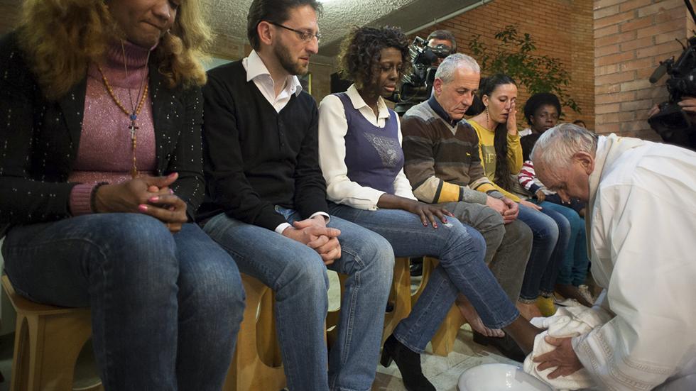 El Papa Francisco le lava los pies a doce presos durante los ritos del Jueves Santo de 2015. FOTO: RTVE