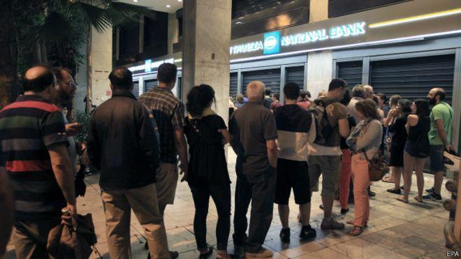 Personas haciendo fila para retirar dinero en un banco griego. FOTO: BBC