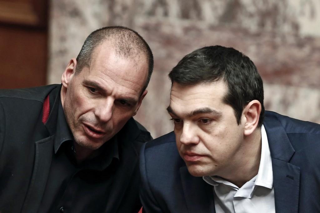 El Primer Ministro Griego Alexis Tsipras (derecha) conversa con el Ministro de Economía Yanis Varoufakis. FOTO: El Plural.