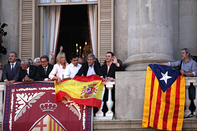 Enfrentamiento de banderas el pasado 24 de septiembre en las Fiestas de la Mercé en el Ayuntamiento de Barcelona. FOTO: Diari Ara