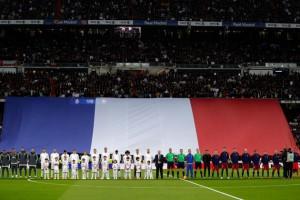 Los dos equipos mostraron su apoyo a Francia