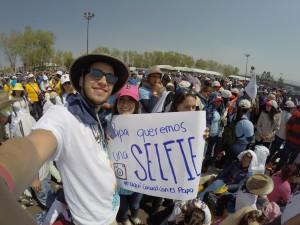 Aquí uno de los letreros que quisieron mostrar los alumnos al Papa. Foto de: Max Avelar