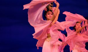 chinese_women_in_pink_dancing_2007-07-05