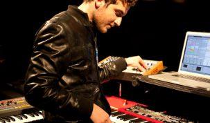 1620119-nicolas-jaar-playing-live