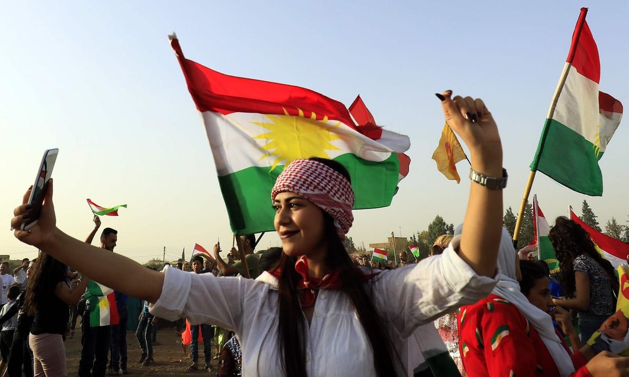 Foto de The Guardian mostrando una votante kurda haciéndose una selfie