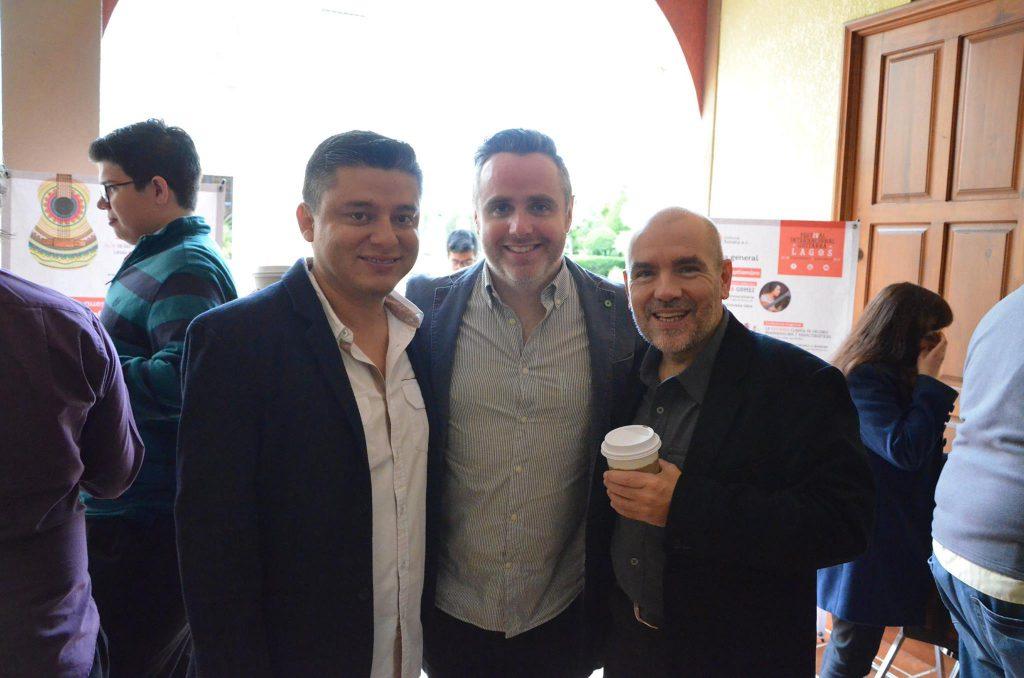 Hugo Acosta (izq), Matthew McAllister (centro) y Tim Phelan (der) durante un descanso del Concurso Nacional de Guitarra Clásica.