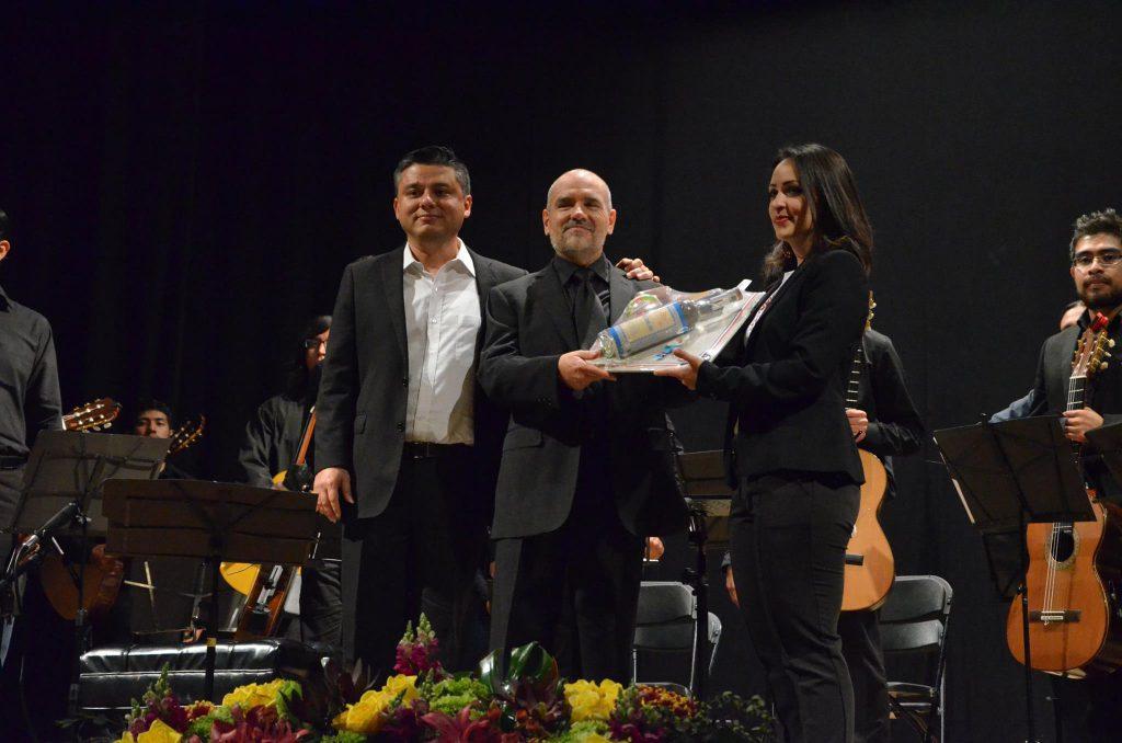 Hugo Acosta (izq) con Tim Phelan (centro) después del concierto de clausura del IV FIGLa.