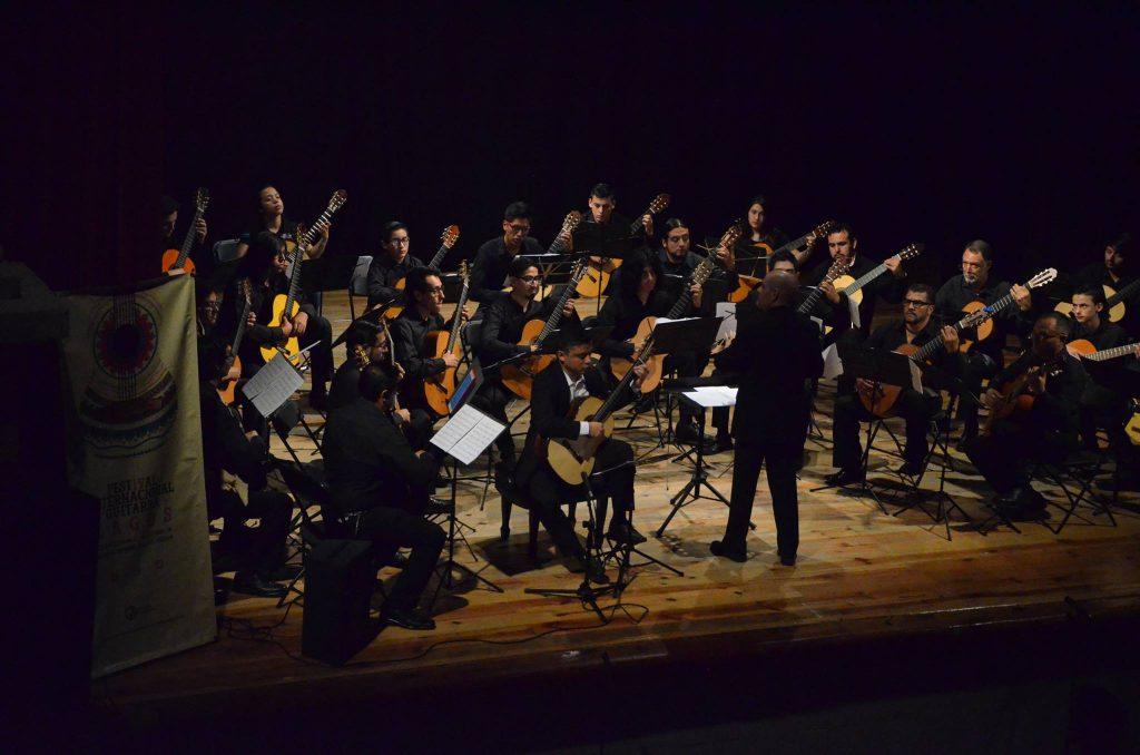 Orquesta de FIGLa ejecutando la pieza Rapsodia a Lagos bajo la dirección de Tim Phelan.