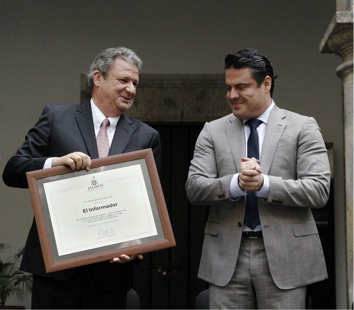 El director de El Informador, Carlos Álvarez del Castillo Gregory, junto al gobernador Aristóteles Sandoval.