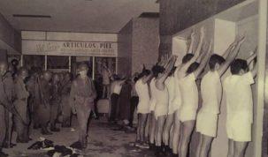 2 de octubre de 1968. Participantes del mitin detenidos por militares y puestos en línea en el corredor entre la Iglesia de Santiago Tlatelolco y la antigua sede de la SRE.