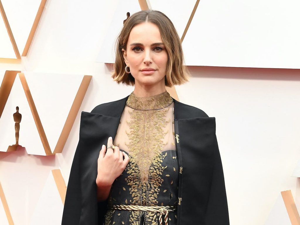Natalie Portman, vestida de Dior, con los nombres de las directoras que no fueron nominadas.