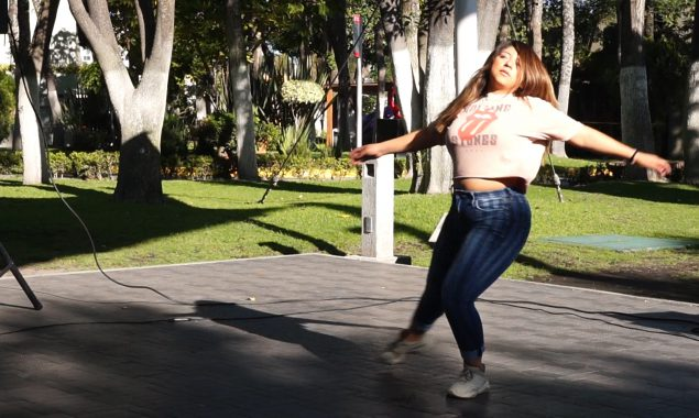 Paola Cervantes baila en la Masterclass de Salsa en el deck de la UP.