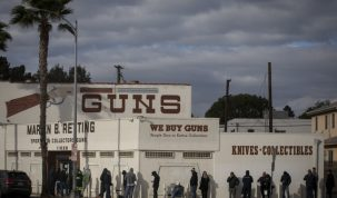 La tienda de armas en Culver City llena y con fila alrededor de ella.