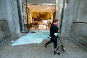 Voluntaria limpia la entrada de Macy's en Chicago