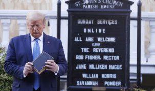 El presidente Donald Trump en frente de la iglesia episcopal de San Juan. Credito: Shawn Thew–EPA/Bloomberg/Getty Images