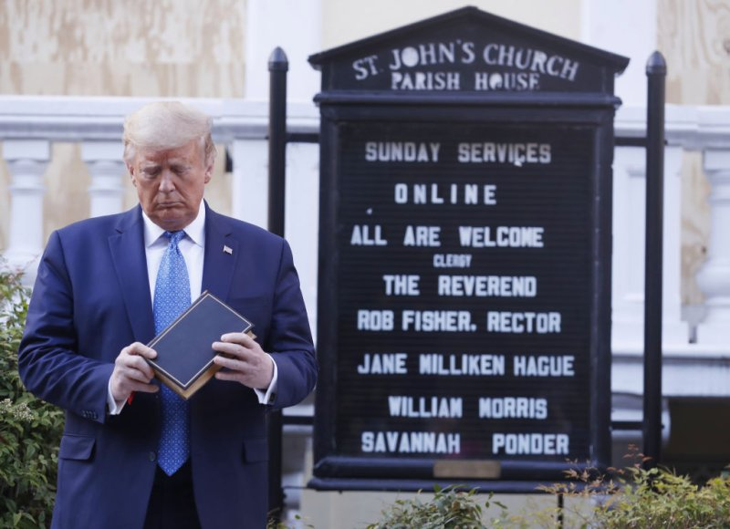 El presidente Donald Trump en frente de la iglesia episcopal de San Juan. Credito: Shawn Thew–EPA/Bloomberg/Getty Images