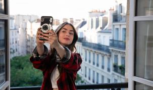 Emily in Paris la nueva serie romántica en Netflix se estrenó el fin de semana que acaba de pasar. Lleva pocos días y es tendencia en redes sociales gracias a los millones de mujeres soñadoras.