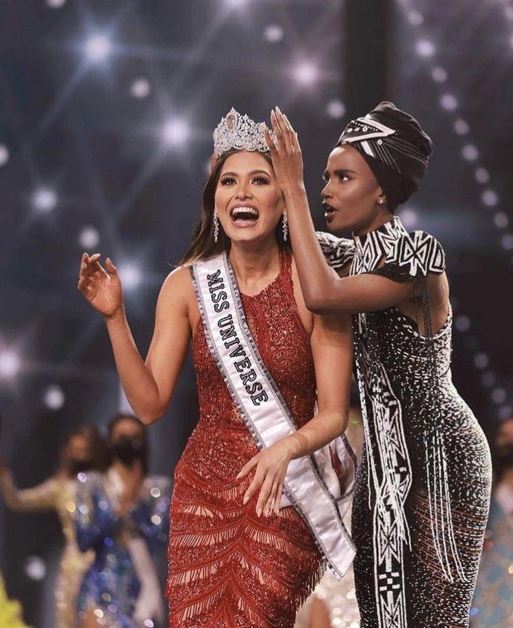 Andrea Meza recibiendo la corona de su predecesora sudáfricana Zozibini Tunzi.